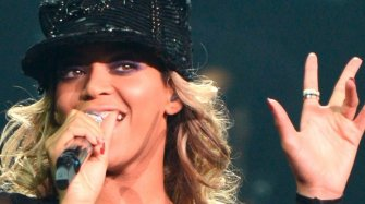 Beyoncé wears her Quatre ring on stage
