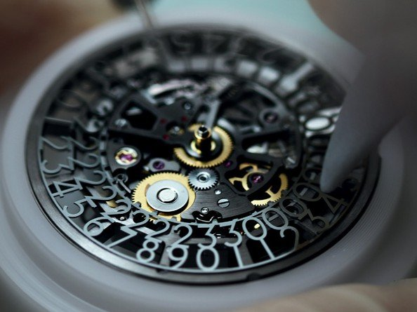 Corum - Video. Admiral's Cup AC-One 45 Squelette