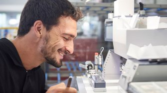 Mats Hummels visits the Manufacture People and interviews