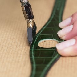 Pressing a furrow between the seam and the edge of the leather. ©Hermès