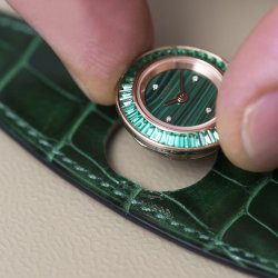 Putting the dial in place. ©Hermès